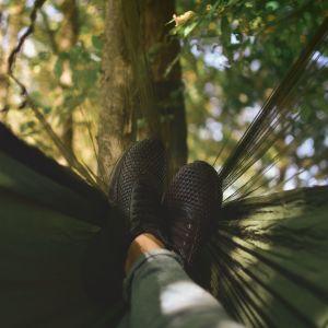 jalat riippumatossa metsässä
