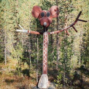 Puusta tehty punaiseksi maalattu rotta, taideteos