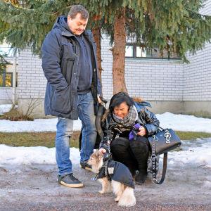 Man och kvinna med liten hund