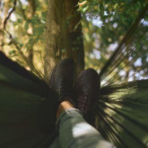 jalat lepää riippumatossa