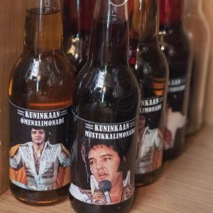 Limupulloja joiden etiketeissä Elvis Presleyn kuva.