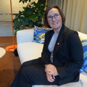 Arcadas rektor och vd Mona Forsskåhl sitter i en soffa på Hanaholmen kulturcentrum för Sverige och Finland
