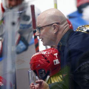 Risto Dufva instruerar sina spelare.