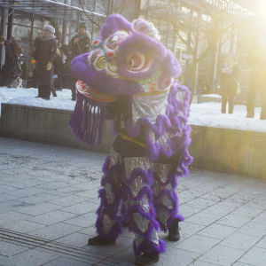 Dansande figur i Kampen i Helsingfors under firandet av det kinesiska nyåret.