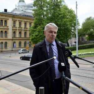 Pekka Haavisto svarar på frågor före regeringens aftonskola på Ständerhuset den 1 juni 2020