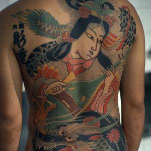 Den tatuerade ryggen på en japansk Yakuzamedlem.