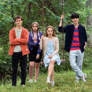 Skådespelarna Bruno Baer, Linnea Skog, Aamu Milonoff och Amos Brotherus står bredvid varandra och ser rakt in i kameran.
