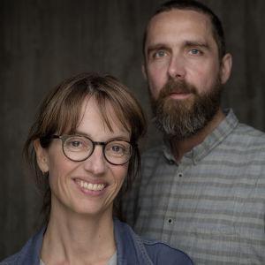 Närbild på manusförfattarna Anne Bjørnstad och Eilif Skodvin.