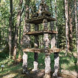 Staty på konstruktion i tre våningar mitt i skogen.