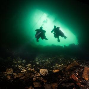 Sukeltajia kaivoksessa