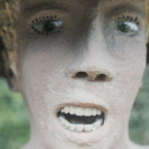 Lähikuva patsaasta jolla lasisilmät ja tekohampaat.