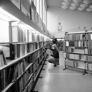 Kirjastonhoitaja laittaa kirjoja hyllyyn Rauman kirjastossa 1968.