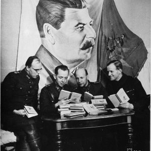 9.2.1940 Suomalaisia upseereja takastamassa Suomussalmen sotasaaliina saatuja venäl. hiihto-oppaita hyrynsalmella.