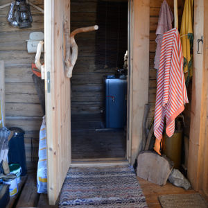 Eräkämpän pienenpieni saunatupa on tarjoaa mahtavat puitteet ympäri vuoden nauttia viimeisten selkosten kiireettömyydestä ja puhtaasta vedestä.
