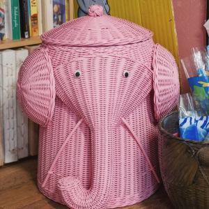 Vaaleanpunainen, norsua esittävä rottinkikori.