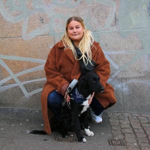 Sarah Klang med sin hund Jack
