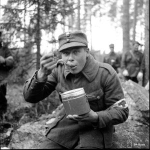 Aamiainen Kannaksella ylimääräisten harjoitusten aikana lokakuussa 1939.