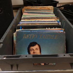 LP-skivor i en låda i Strömborgska skolans musiksal.