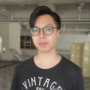 Jimmy Chen är stolt över att demonstranterna fortsätter att göra motstånd. Han anser att våldsamheterna främst beror på polisens taktik.