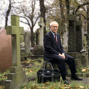 Oleg Gordijevski på en gravgård i London.