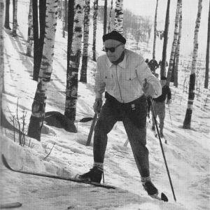 Urho Kekkonen hiihtämässä Paavon hiihtoa 15.3.1959
