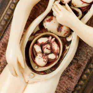Miniatyrmodell i elfenben över en gravid kvinnas anatomi, från 1700-talet.