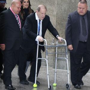 Harvey Weinstein på väg tlil en domstol i New York 11 december 2019.