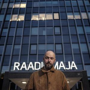Raul Saaremets seisoo korkean rakennuksen edessä.