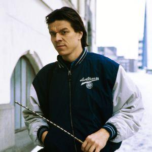 Jarmo Mäkisen hahmo kaupungilla Hiljainen poika -elokuvassa