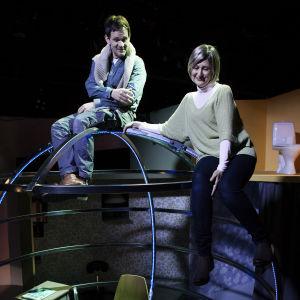 Robin Svartström ja Minna Suuronen Ryhmäteatterin näytelmässä Nätti tyttö, vähän pehmee