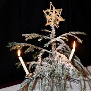 Koristellussa kuusessa palaa kaksi kynttilää