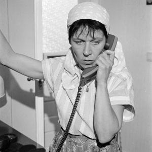 Mummo-sarjan Annan enon vaimo puhuu puhelimessa.