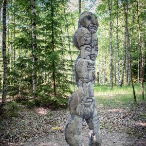 Kivestä tehty veistos jossa kasvoja
