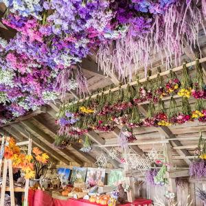 Aitan katossa roikkuu kuivakukkia, kattoa kutsutaankin kukkataivaaksi.