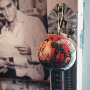 Joulukuusenkoriste jossa Elvis Presleyn kuvia.