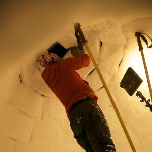 Tom Nylund bygger en igloo.