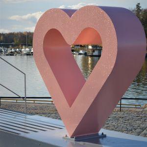 Hjärtat i Vasas logo med havet som bakgrund.