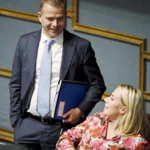 Petteri Orpo diskuterar med Saara-Sofia Sirén under riksdagens frågetimme den 5 september 2018.