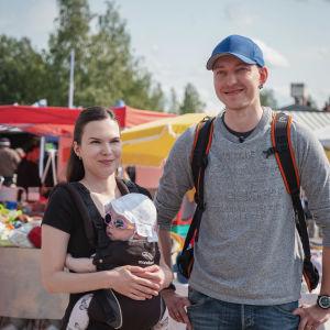 Nuoripari, naisella rintarepussa vauva aurinkolasit päässä