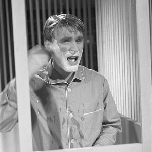 Näyttelijä Ismo Kallio ajaa partaansa ohjelmassa Iskelmäkaruselli.