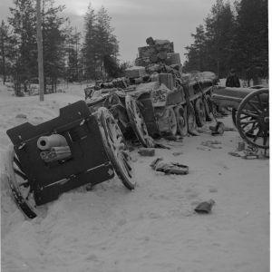 16.1.1940 Lemetin tiehaaran pohjoispuolella ajoi tämä tankki miinaan.