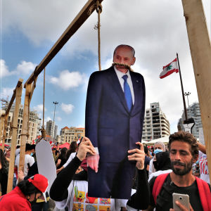 Presidenten och veteranpolitikern Michel Aoun är ytterst impopulär i Libanon. Demonstranter höngde en bild av honom i protester efter den väldiga explosionen i Beiruts hamn.