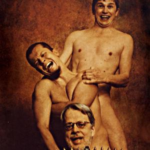 Kolme hymyilevää alastonta miestä toinen toisensa takana ja haitari edessä