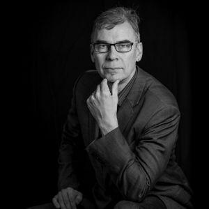 Svartvitt porträtt av Jan Edström