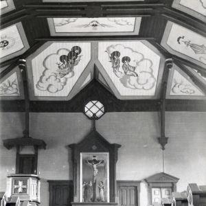 Mustavalkoinen arkistokuva, sisäkuva Toivakan kirkosta ja Alvar Aallon maalauksista.