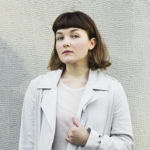 Vilhelmina Öhman framför vägg