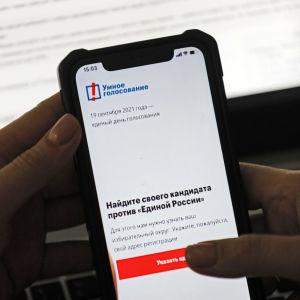 Lähikuva puhelimesta, jonka näytöllä on auki Smart voting app.