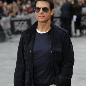 Tom Cruise i mörka glasögon.