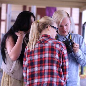 Ungdomar som tittar på en kamera.