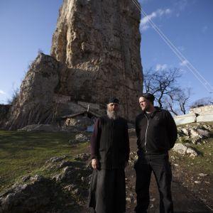 """40 metriä korkea kalkkikivinen """"pilari"""", jonka päällä on joskus ilmeisesti sijainnut jonkilainen kappeli."""